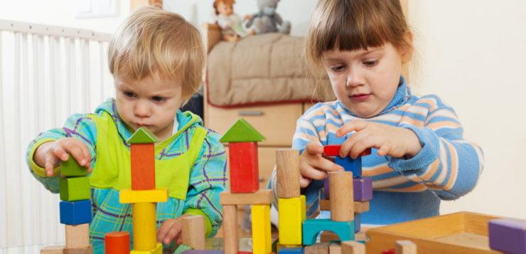 Drewniany domek dla lalek – jakie standardy powinien spełniać?